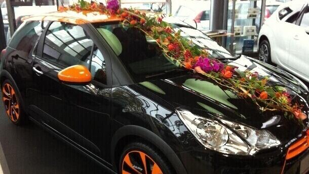 Blumig dekoriertes Fahrzeug vom Blumenhaus Ehling 1