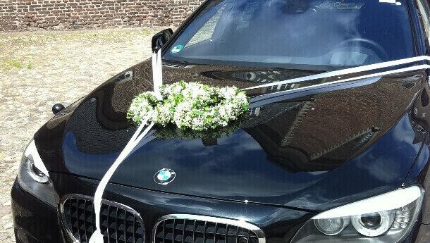 Blumig dekoriertes Fahrzeug vom Blumenhaus Ehling