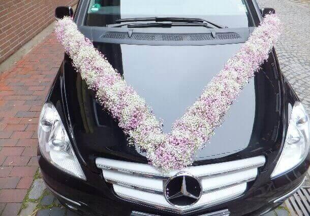 Blumig dekoriertes Fahrzeug