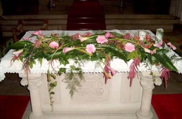 Trauerfloristik auf dem Altar in Rosa